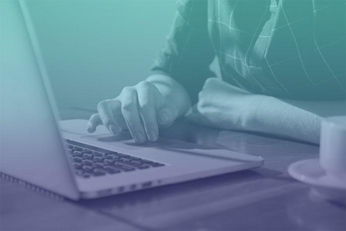 Personne qui travail sur un laptop dégradé bleu de Z-element création de site internet WordPress